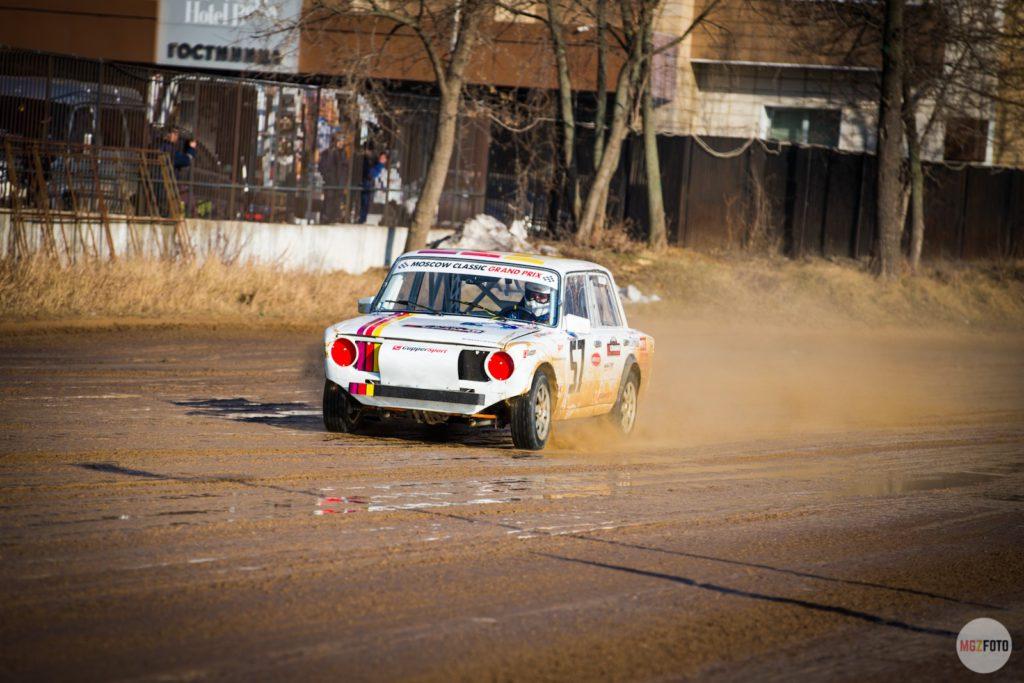 ВАЗ 2101 участвует в гонке
