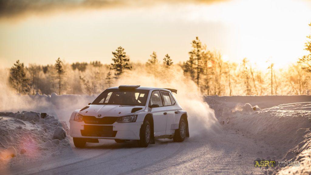 Автомобиль ралли на тренировке на Snow Rally Rings